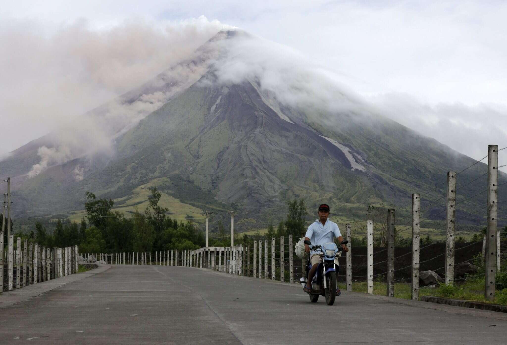 התפרצות הר הגעש מאיון שבפיליפינים. צילום: EPA