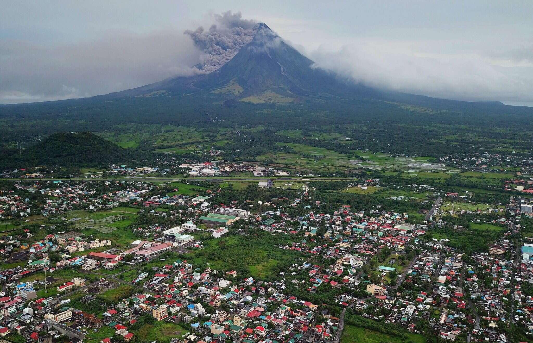 התפרצות הר הגעש מאיון שבפיליפינים כפי שרואים אותה תושבי העיירה לגסקי. צילום: EPA