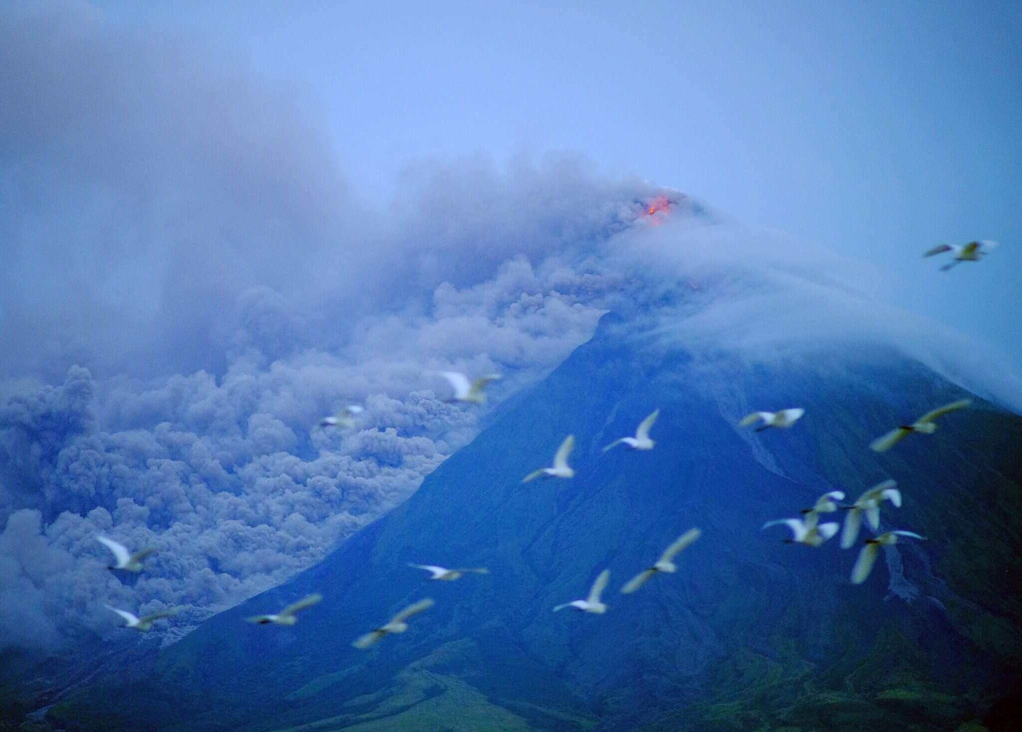 מפלי לבה בעקבות התפרצות הר הגעש מאיון שבפיליפינים. צילום: EPA