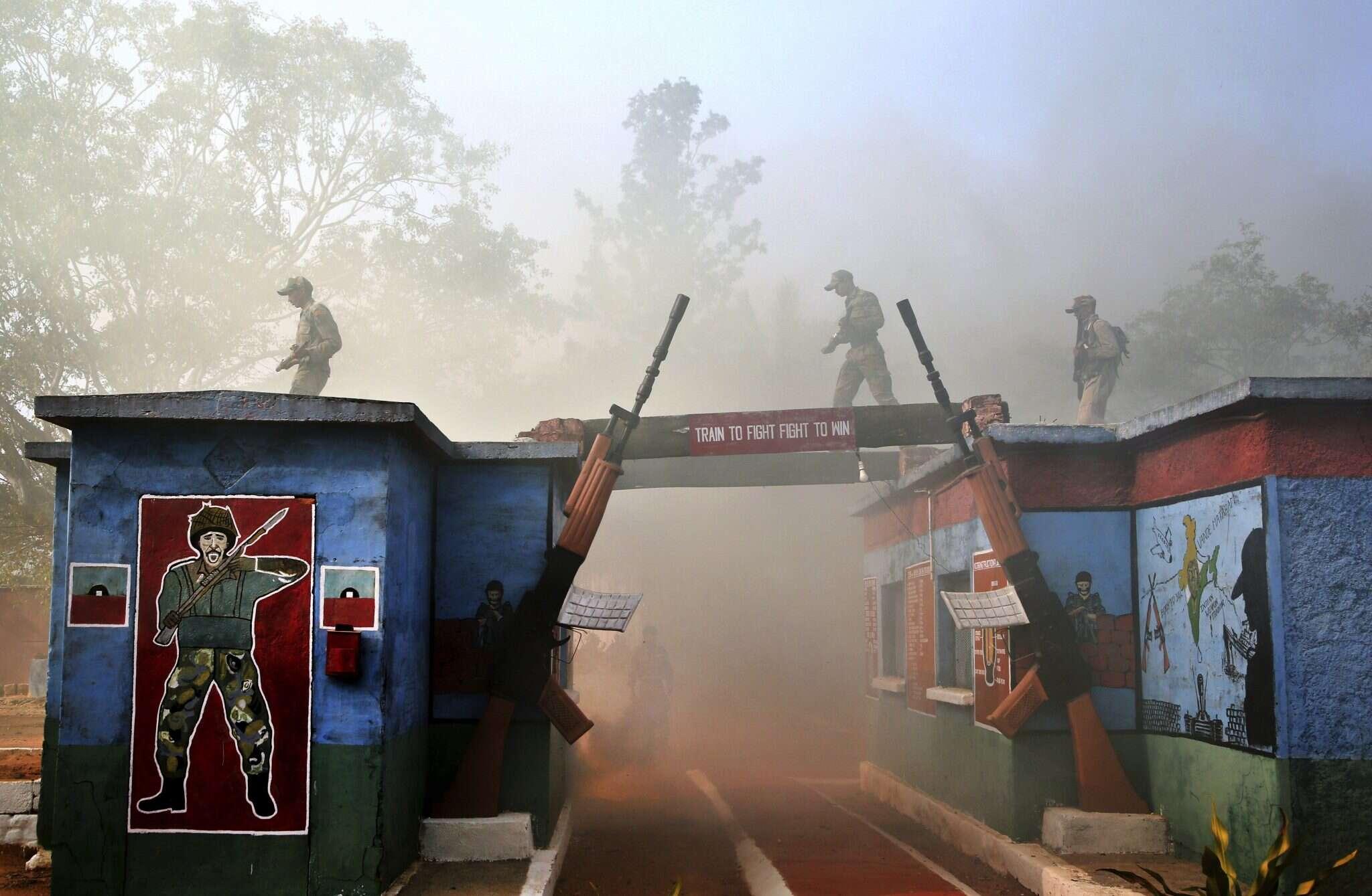 """אימון של צבא הודו. """"להתאמן כדי להילחם, להילחם כדי לנצח"""". צילום: AP"""
