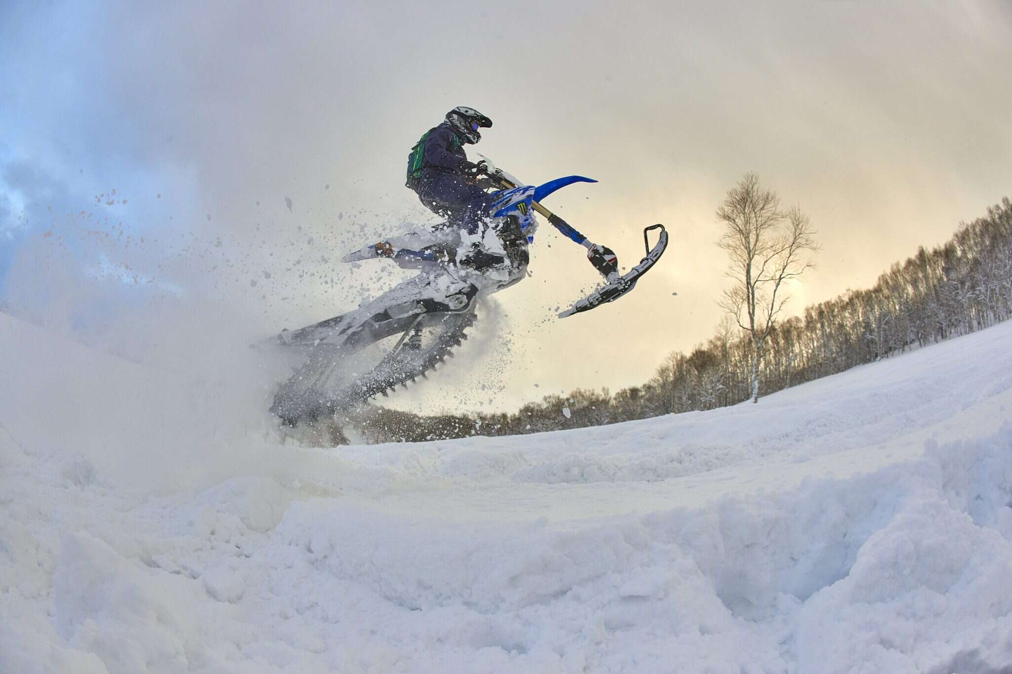 תחרות גלישה ביפן. אלוף הפורומולה 1 לואיס המילטון על אופנוע שלג. צילום: גטי אימג'ס