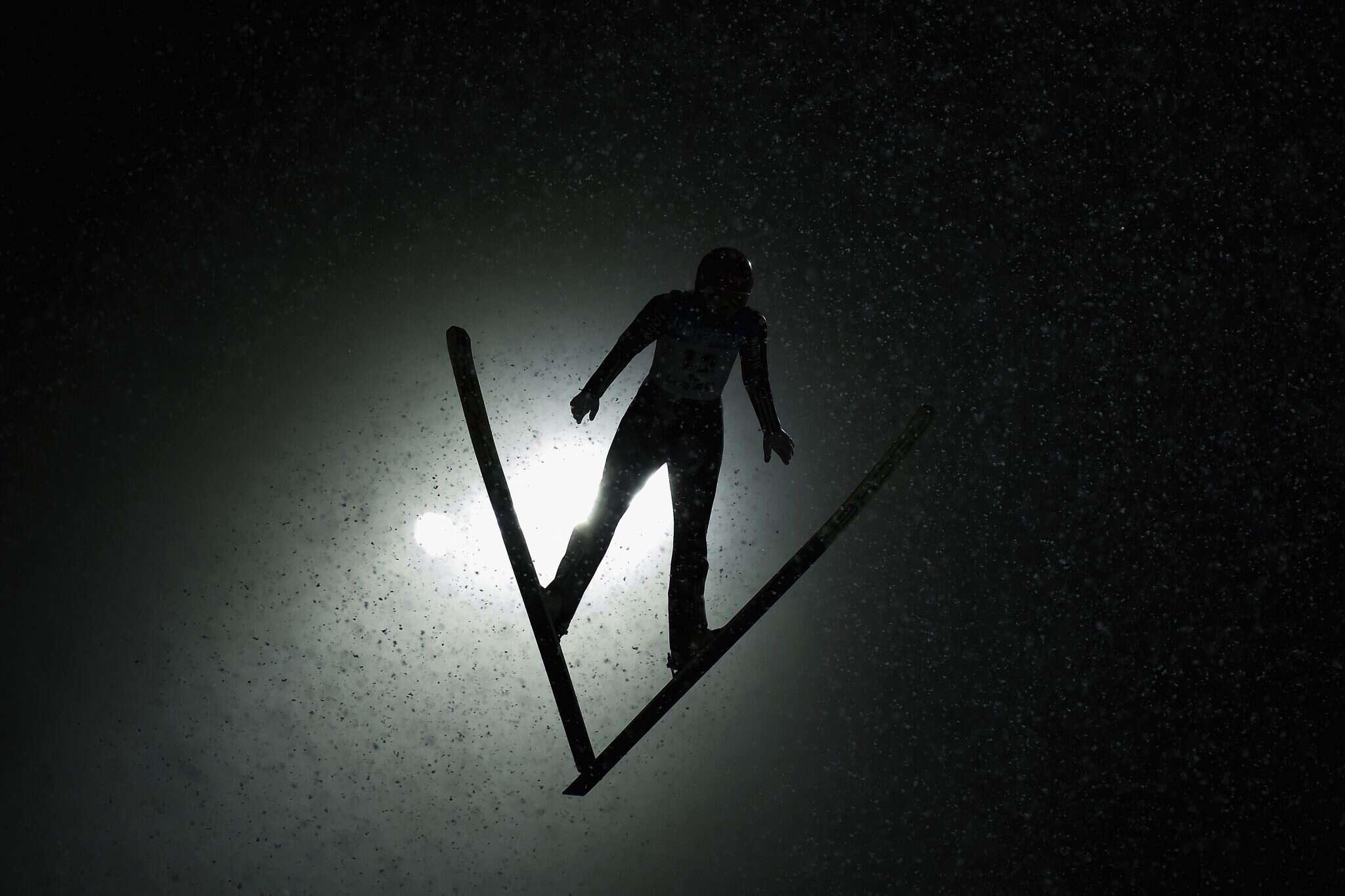 תחרות סקי ביפן. גולש מרחף באוויר. צילום: גטי אימג'ס