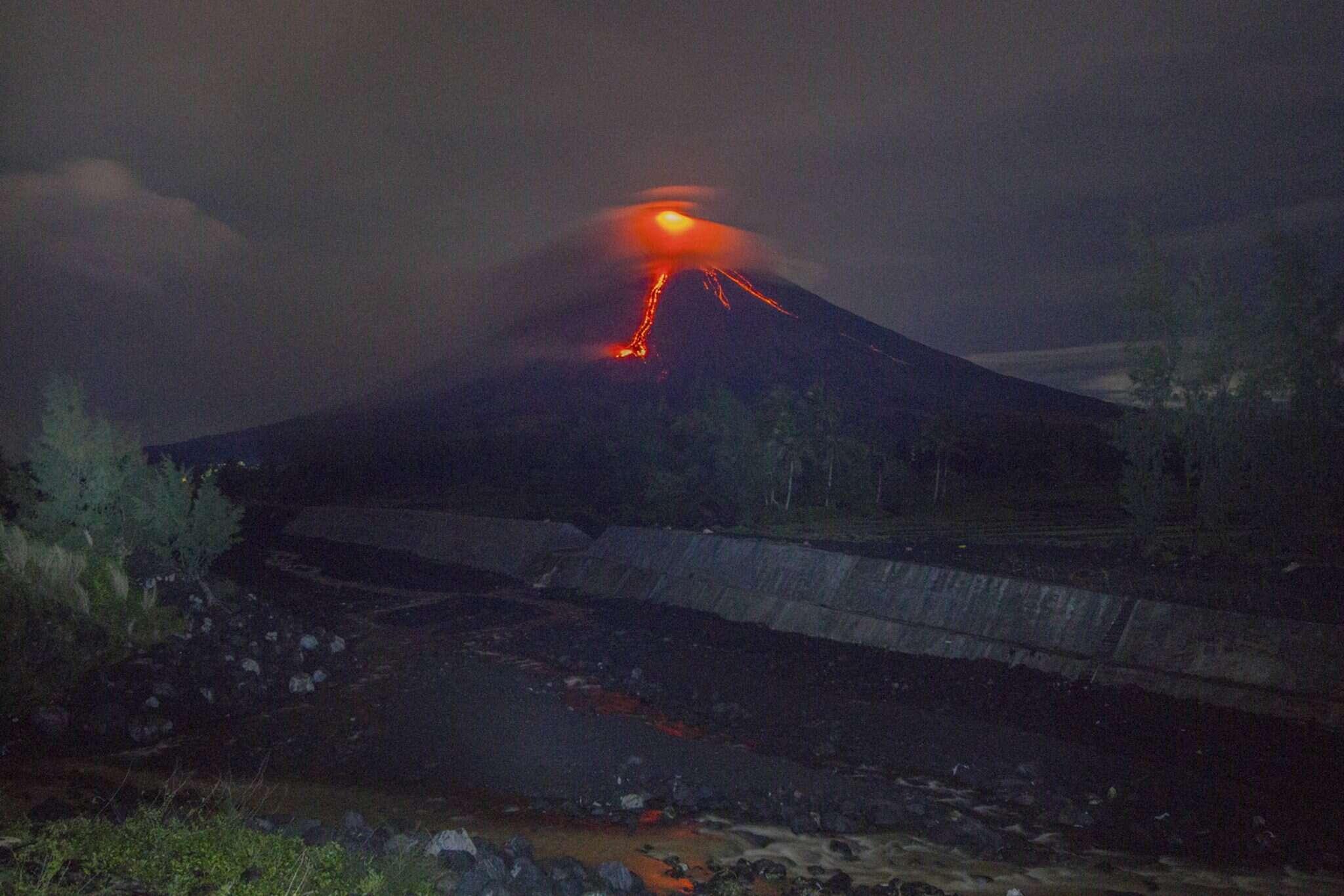 מפלי לבה בהר הגעש מאיון שבפיליפינים. צילום: AP